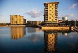 ??  ?? Elegant high-rise apartments, smart restaurants and popular bars line the water's edge along Recreation Lagoon in Darwin's original harbourside district.