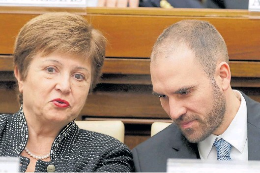 ??  ?? Relación complicada. El ministro de Economía Martín Guzmán busca un acuerdo con el Fondo. Pero Cristina Kirchner no tanto.