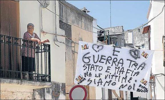 """?? CARLO HERMANN / AFP ?? """"Todos somos víctimas de la guerra entre el Estado y la mafia"""", dice esta pancarta colgada en una calle de Brindisi"""