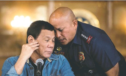 ?? NOEL CELIS/AGENCE FRANCE-PRESSE/GETTY IMAGES ?? Philippine President Rodrigo Duterte and Gen. Ronald dela Rosa, then the Philippine National Police director, in 2017. The probe that the International Criminal Court authorized will look into possible crimes against humanity committed during Duterte's war on drugs.