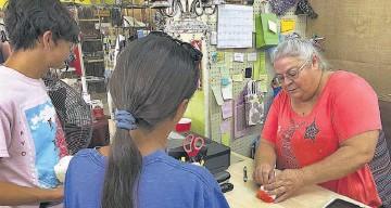 ??  ?? Un dato. Un salario promedio es de 432 pesos diarios ($21.6), según el IMSS.