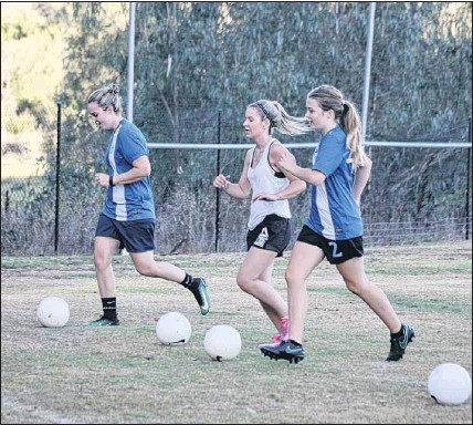 ?? PHOTO: Brad Worrall ?? DRILL TIME: Jacinta Findlay, Katherine Sylwestrzak and Annie Rowney will be looking to get past the Cup quarter-finals this year.