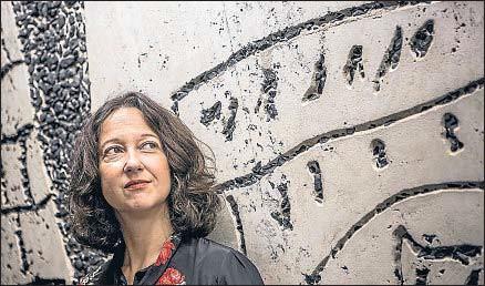 ?? LUIS TATO ?? La escritora francesa Muriel Barbery, fotografiada esta semana en Barcelona