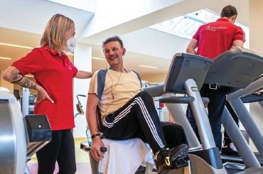 ??  ?? Therapeutin Alina Dzienudda im Gespräch mit dem Covid-Patienten Jörg Pandorf aus Gera. Das Training wird für jeden Patienten behutsam und individuell auf seine Leistungsfähigkeit abgestimmt.