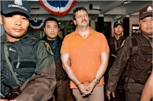 ??  ?? Полицейские сопровождают Виктора Бута в зал суда, Таиланд