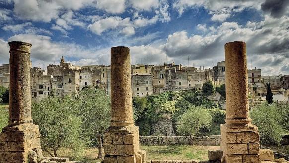 ??  ?? Vecchia Nella foto di Pietro Amendolara una veduta della parte antica di Gravina in Puglia. Un luogo dove la vita sembra essersi fermata pronta a diventare a storia