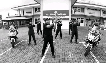 ??  ?? The Perlis JPJ personnel performing the Panana Dance at their headquarters.