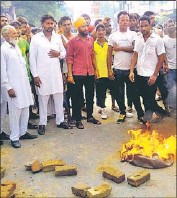 ??  ?? Kin of the deceased protesting outside the civil hospital on Tuesday; and (below) the Kapurthala Modern Jail. HT PHOTOS