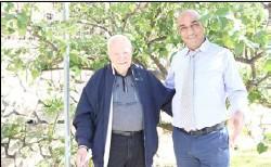 ??  ?? مراسل «القدس العربي» وديع عواودة مع شكري عراف