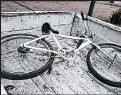 ??  ?? Esta es la bicicleta que el individuo les arrojó a los uniformados.