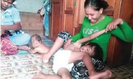 ?? LELA RATU SIMI/SANGATTA POST ?? MAKIN CERIA: Nurul Mandayani mengajak ibunya, Sartika, bermain di kediamannya, Gang Mulia II, RT 11 Swarga Bara, Sangatta, Kalimantan Timur, kemarin (23/3).