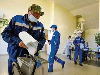 ?? (AP) ?? Des employés d'une centrale géothermique du Kamtchatka, dans l'Extrême-Orient russe, votaient jeudi de façon anticipée. Vladimir Poutine vote à distance