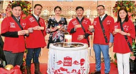 ??  ?? Singer and ac­tress Janella Sal­vador (cen­ter) at the open­ing of Miniso's 52nd branch at SMMall of Asia, with Miniso pres­i­dent Michael Hong and vice pres­i­dent Mar­i­ano Guy, Miniso In­ter­na­tional coun­try di­rec­tor Johnny Huan, SM Mall of Asia SAVP op­er­a­tions...