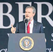 ?? AL DRAGO/THE NEW YORK TIMES 2017 ?? Jerry Falwell Jr., president of Liberty University, prepares to introduce President Trump at a commencement ceremony in Lynchburg, Virginia.