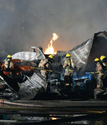 ?? PHOTO AGENCE QMI, PASCAL GIRARD ?? Les pompiers n'ont rien pu faire pour sauver les 200 vaches laitières qui ont péri dans le brasier survenu tard dimanche soir dans une ferme de Mirabel.