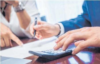 ?? FOTO: CHRISTIN KLOSE/DPA ?? Die Gebühren für Kontenmodelle zu vergleichen, ist sinnvoll – und kann Geld sparen helfen.
