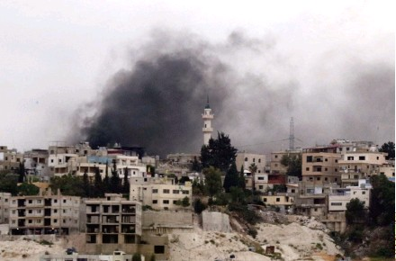 ??  ?? Smoke billowed from buildings in the Mieh Mieh Palestinian refugee camp during clashes Monday.