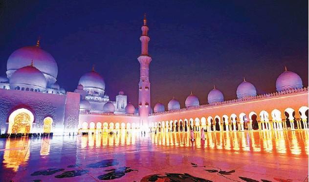 ?? Kamal Kassim/gulf Today ?? Sheikh Zayed Grand Mosque in Abu Dhabi presents a glittering sight.