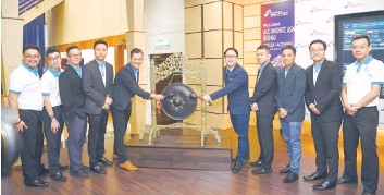 ??  ?? Go (fi h right) and other directors from AIAB during the group's successfully listing on the LEAP Market of Bursa Malaysia yesterday.