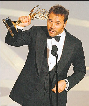 ?? VINCE BUCCI GETTY IMAGES ?? Jeremy Piven accepts Emmy Award in Los Angeles last year.