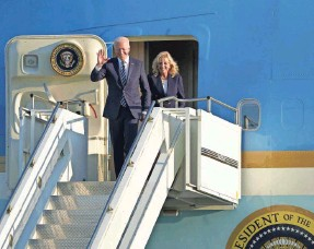 ?? JOE GIDDENS/AP ?? President Joe Biden and first lady Jill Biden arrive Wednesday on Air Force One at RAF Mildenhall, England, ahead of the G7 summit in Cornwall.