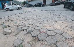?? FOTOS: DAVID ROMERO ?? Los conductores que van del barrio Lempira hacia Villa Adela son recibidos por una calle en deplorables condiciones.