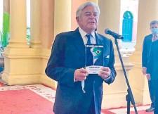 ??  ?? El expresidente de Uruguay Luis Lacalle Herrera (c) obsequió ayer al presidente Mario Abdo un ejemplar de su nuevo libro.