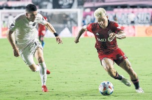 ?? RHONA WISE THE ASSOCIATED PRESS ?? Toronto FC attacker Yeferson Soteldo, right, battles Inter Miami midfielder Lewis Morgan for the ball during the teams' Aug. 21 match in Fort Lauderdale, Fla., which Miami won 3-1.
