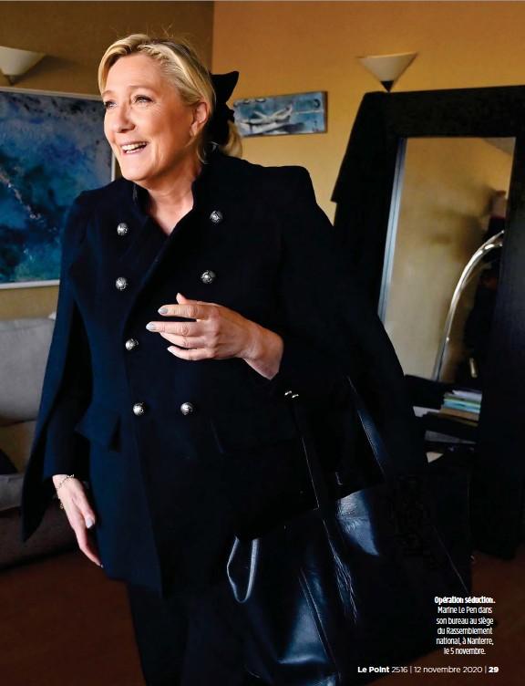 ??  ?? Opération séduction. Marine Le Pen dans son bureau au siège du Rassemblement national, à Nanterre, le 5 novembre.