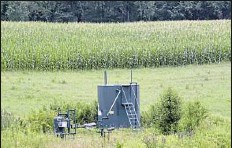 ?? Darrell Sapp/Post-Gazette ?? A view of the Margaret Hamilton 4 Well owned by Diversified Gas & Oil near a field of corn in Plum.
