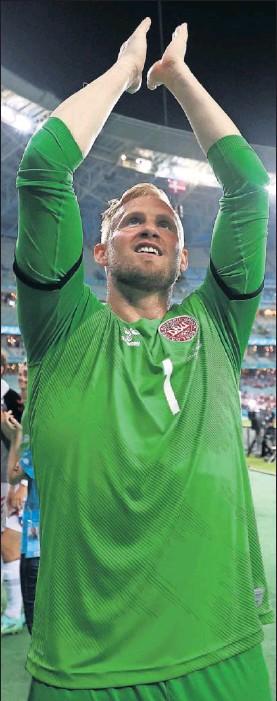 ??  ?? Kasper Schmeichel celebra un triunfo en esta Eurocopa.