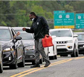 ?? REUTERS ?? Für Benzin Schlange stehen: In North Carolina war der Kraftstoff die letzten Tage knapp.