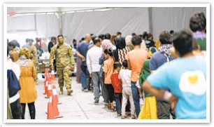 ??  ?? Afghan refugees line up for food in a dining hall at Fort Bliss in New Mexico.