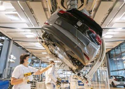 ?? Matthias Rietschel/belga ?? Van alle autobouwers zet Volkswagen het hardst in op elektrische auto's. Vanaf 2023 verkoopt het geen klassieke auto's met verbrandingsmotoren meer.