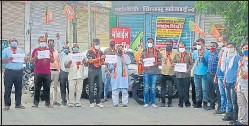 ?? HT PHOTO ?? Former BJP minister Arun Chaturvedi, along with supporters, protests the suspension of JMC Greater mayor Somya Gurjar (below) at Sodala in Jaipur on Monday.