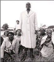 ??  ?? Women gathered and sang while men went to the burial ground for the funeral of 'Goldfinger' in KwaNdengezi, near Pinetown, January 1988.