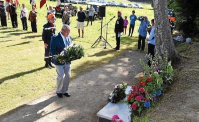 ?? Yann Le Scornet ?? Marcel Guilloux a déposé une gerbe au pied du monument qui rappelle le sacrifice et la mort du pilote américain. Il sera, quatre ans plus tard, retrouvé et rapatrié aux États-Unis, près de New York. 74 ans après cet événement tragique, nombreux sont...
