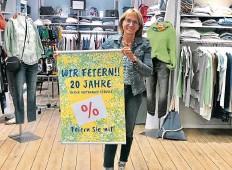 ?? FOTO: BETTINA PAETZNICK ?? Mit Rabatten und wechselnden Angeboten lädt Simone Delz zum gemeinsamen Feiern bei JoJo Mode ein.