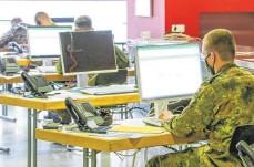 ?? FOTO: THOMAS SIEDLER ?? Soldaten helfen hauptsächlich den Gesundheitsämtern bei der Kontaktverfolgung an Covid-19 erkrankter Personen.