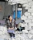?? FOTO: A. KARIMOV/DPA ?? Eine Frau sitzt nach einem armenischen Beschuss inmitten der Trümmer. Viele andere flüchten vor den Kämpfen.