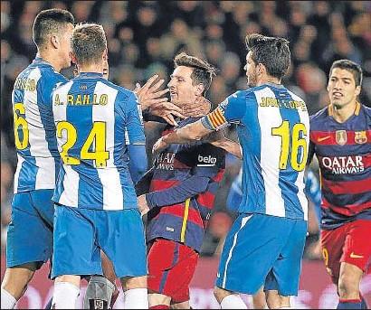 ?? ÀLEX GARCIA / ARCHIVO ?? Messi se encara con varios jugadores del Espanyol en la ida de la eliminatoria de Copa