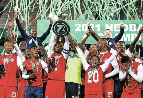 ?? Picture: BackpagePix ?? Tshakhuma FC celebrate lifting the 2021 Nedbank Cup at the Free State Stadium in Bloemfontein last night.