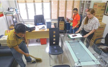 ?? BING GONZALES ?? NEOPHYTE city councilor Jessica Bonguyan helps her staff in arranging her office during the first day of her work at the Sangguniang Panlungsod on Monday.