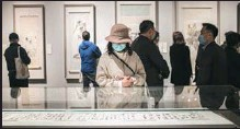 ?? PHOTOS PROVIDED TO CHINA DAILY ?? Top: Qu Geping (center), 90, at the ongoing exhibition Like Strings of Splendid Beads at the Tsinghua University Art Museum, which displays part of his donation. Above: People appreciate the works on display at the exhibition.