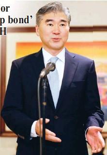 ??  ?? NEW U.S. ENVOY – New United States Ambassador to the Philippines Sung Kim addresses the media shortly upon his arrival Thursday at the Ninoy Aquino International Airport (NAIA). He succeeds Ambassador Philip Goldberg. (AP)