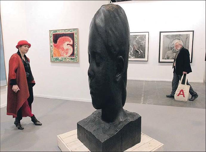 ?? EMILIA GUTIÉRREZ ?? Paula, de Jaume Plensa, en el espacio de la galería Lelong
