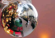 ?? CHRIS CARLSON/THE ASSOCIATED PRESS ?? Holiday shoppers in the U.S. found goods discounted less as retailers employed strategies to ensure profitability.