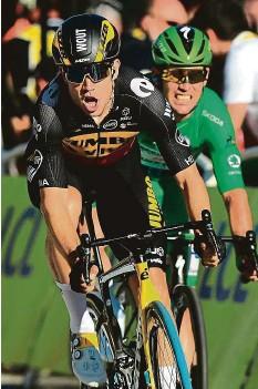 ?? FOTO ČTK/AP, PROFIMEDIA ?? Tadej Pogačar (snímek vpravo) slaví obhajobu žlutého dresu pro šampiona Tour de France. Peloton do cíle na Champs-Élysées dovedl Wout van Aert, který ve finiši zdolal i Marka Cavendishe.