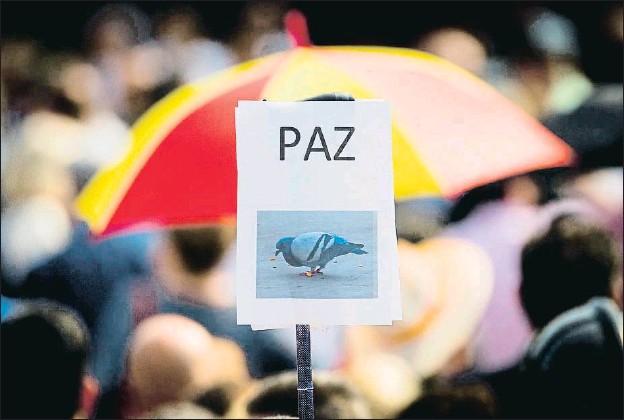 ?? ENRIC FONTCUBERTA / EFE ?? En la imagen, la manifestación del 17-A en Barcelona, contra los atentados de la Rambla