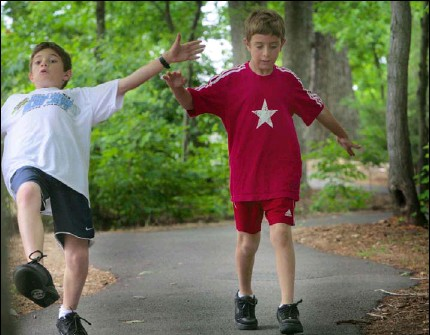 ?? PHOTOS BY MELINA MARA — THE WASHINGTON POST ?? Teddy Gelman of Gaithersburg tries to master using Heelys. The 11-year-old caught himself before falling. Brother Sam, 8, treads with caution.